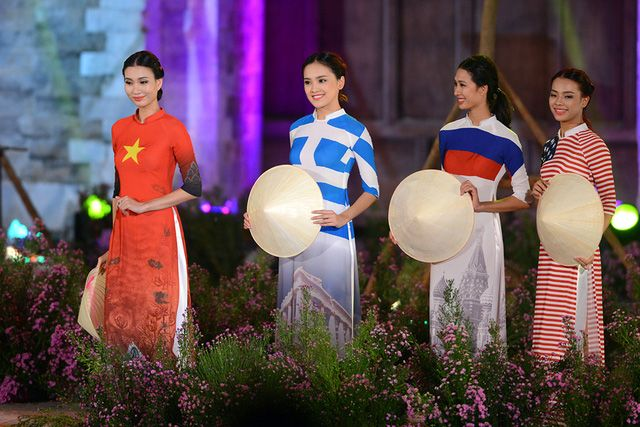 NTK Đỗ Trịnh Hoài Nam mang ý niệm áo dài là không biên giới đến với Festival thông qua bộ sưu tập cờ các nước trên tà áo dài Việt Nam.