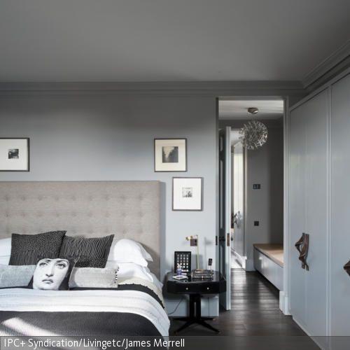 Wenn neutrale Grautöne auf ein ausladenes Betthaupt treffen ergibt das ein stylisches Schlafzimmer. Dekokissen und der gemusterte Teppich peppen den Look auf. In …