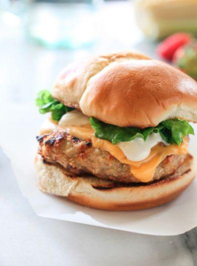 Burgers de poulet Ranch avec fromage cheddar