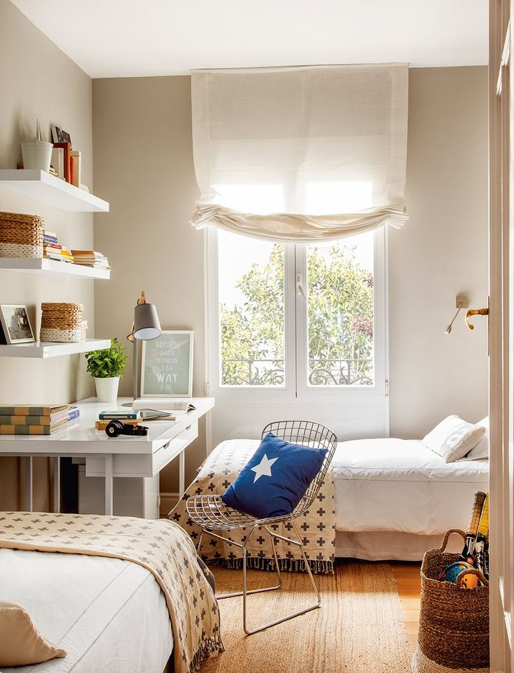 Dormitorio infantil con silla de rejilla metálica. En la habitación