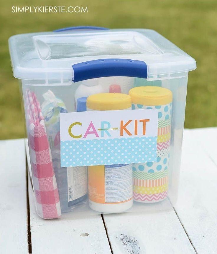Este tiene un mantel de picnic, desinfectante de manos, repelente de bichos, servilletas de papel y otros productos esenciales.