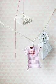 Onszelf behang voor de meisjeskamer. Neutraal en toch een printje om goed met kleuren te combineren.