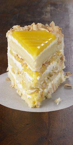 Рецепт лимонного кокосового пирога - лимонное лимонное наполнение между слоями нежного белого торта.  Сверху все это с богатым кокосовым сливочным сыром.  Неудивительно, что некоторые люди думают, что это один из лучших тортов, которые они когда-либо ели.