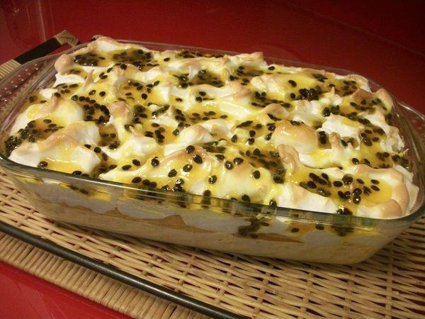 O Pavê Mousse de Maracujá é uma sobremesa tentadora! Além de linda, ela é cremosa, saborosa e surpreendente, pois combina mousse, suspiro e calda de maracu
