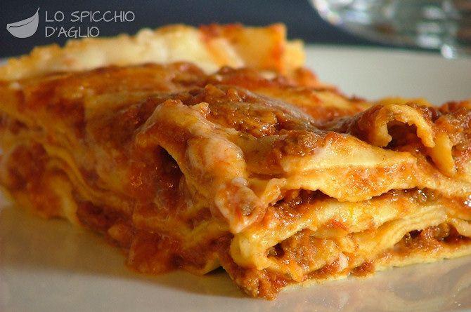 1 Kg di ragù 800 ml di besciamella 400 g di lasagne secche o 500 g di lasagne fresche all'uovo 100 g di Parmigiano Reggiano grattugiato