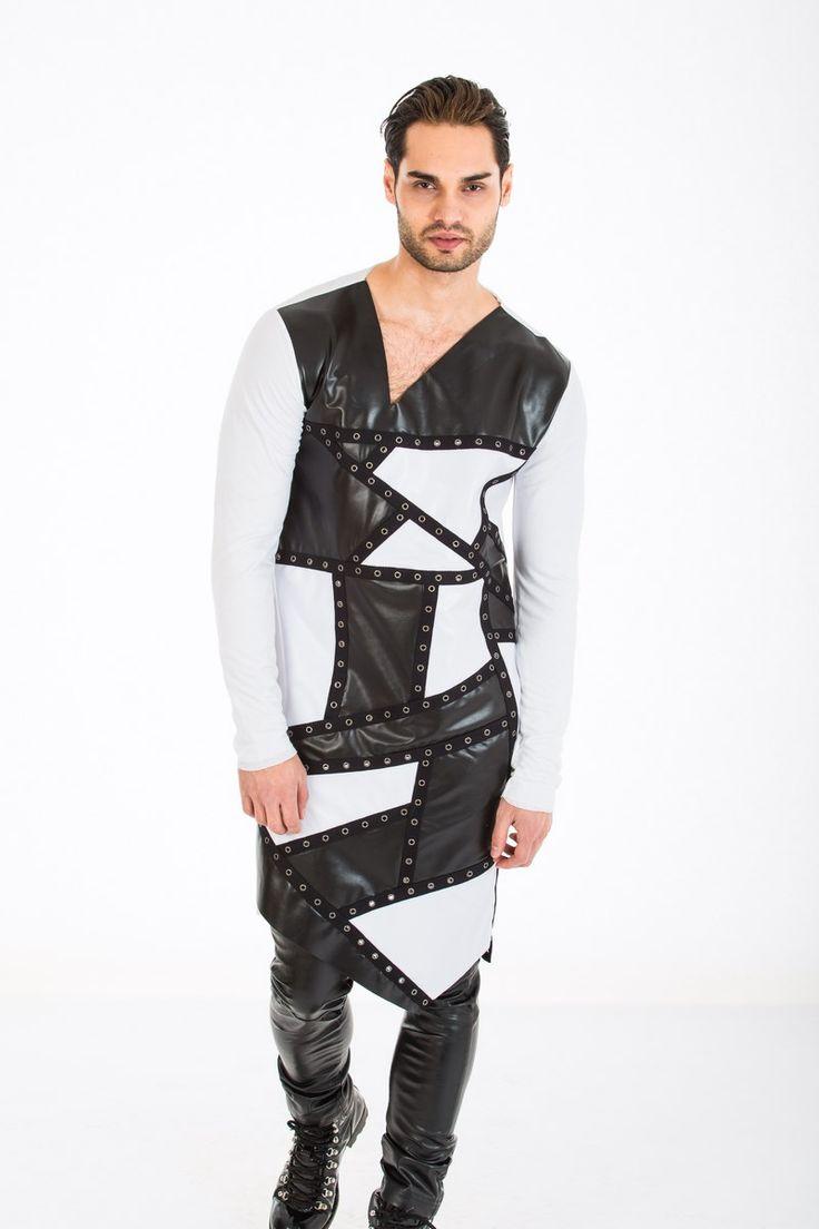 Tricou alb/negru croit in forme geometrice asimetrice. Formele geometrice sunt accesorizate cu capse metalice. Partea din fata este din piele eco iar manecile si spatele din bumbac 100%.