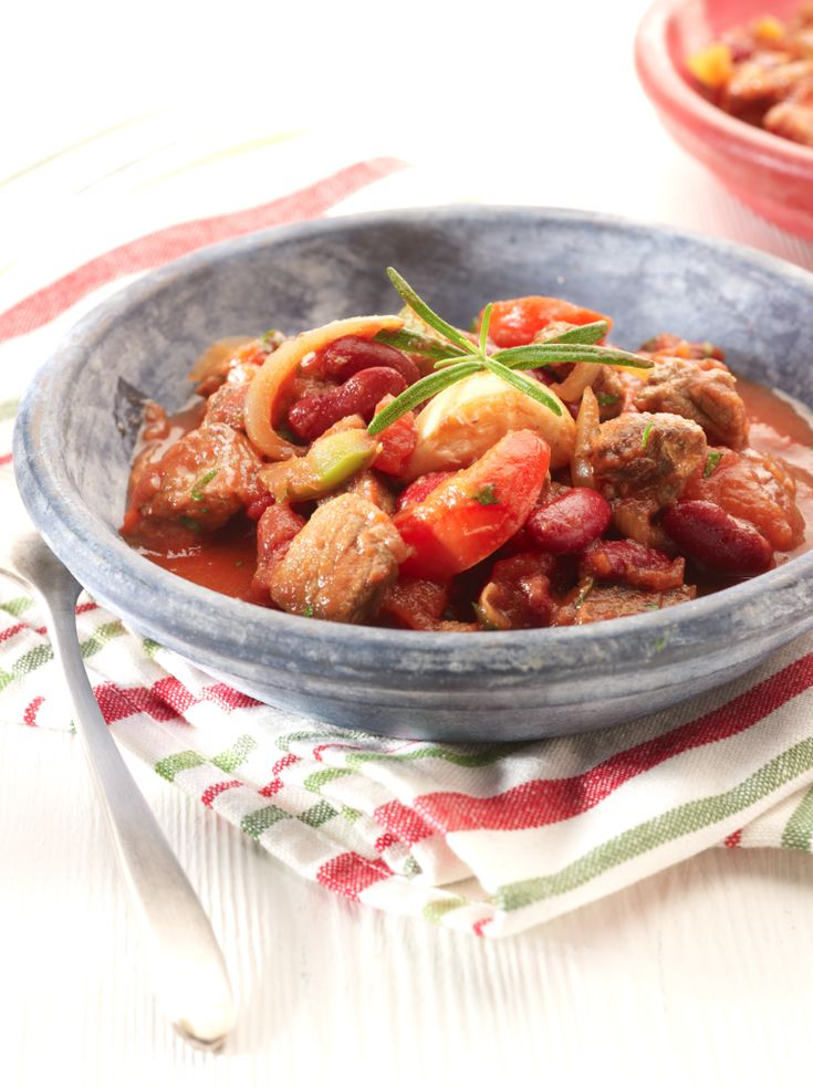 Eén dag van tevoren:Week de gedroogde bonen 24 uur in koud water op een koele plaats. Voorbereiden: Kook de bonen in gezouten water in +/- anderhalf uur gaar. Snijd twee uien in grove stukken en snijd de knoflookteentjes in schijfjes. Snijd het vlees in reepjes of blokjes. Snijd de overgebleven ui in fijnere stukjes en de paprika's in reepjes.