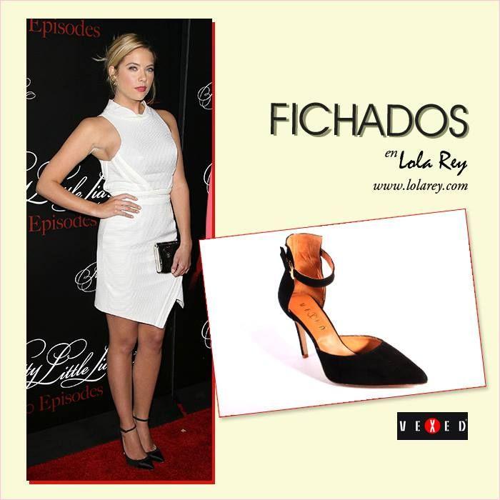 Nos fascina este #look de #AshleyBenson con un vestido blanco asimétrico y falda tulipán, combinado con #tacones negros amarrados al tobillo que le dan un toque de sofisticación.   ¿Qué os parece el #outfit de la protagonista de #PrettyLittleLiars?   **Shop now: http://www.lolarey.com/ficha--SALON_NEGRO_SERRAJE_-NEGRO.php?id=67531&opc=paraella