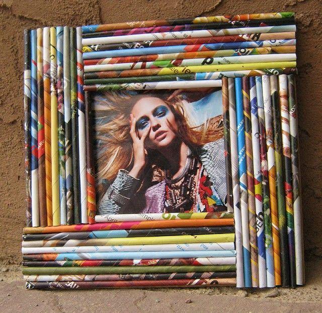 Este marco está decorado con hojas de revista, bien enrolladas y pegadas a la estructura. Reciclar revistas es muy sencillo