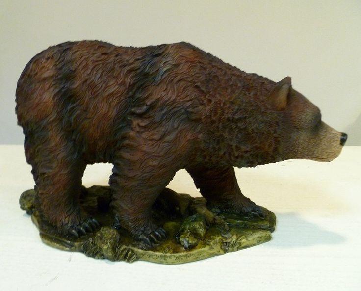 Een dierenbeeld in de vorm van een lopende grizzly beer. Het een een beeldje van polystone met een lengte van 25 centimeter