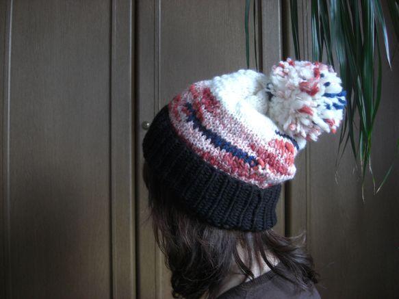 ローゲージ ざっくりニット帽(赤×黒)     《 フリーサイズ 》  2,500円赤の段染めとポコポコしたオフホワイトのスラブヤーンに青...|ハンドメイド、手作り、手仕事品の通販・販売・購入ならCreema。