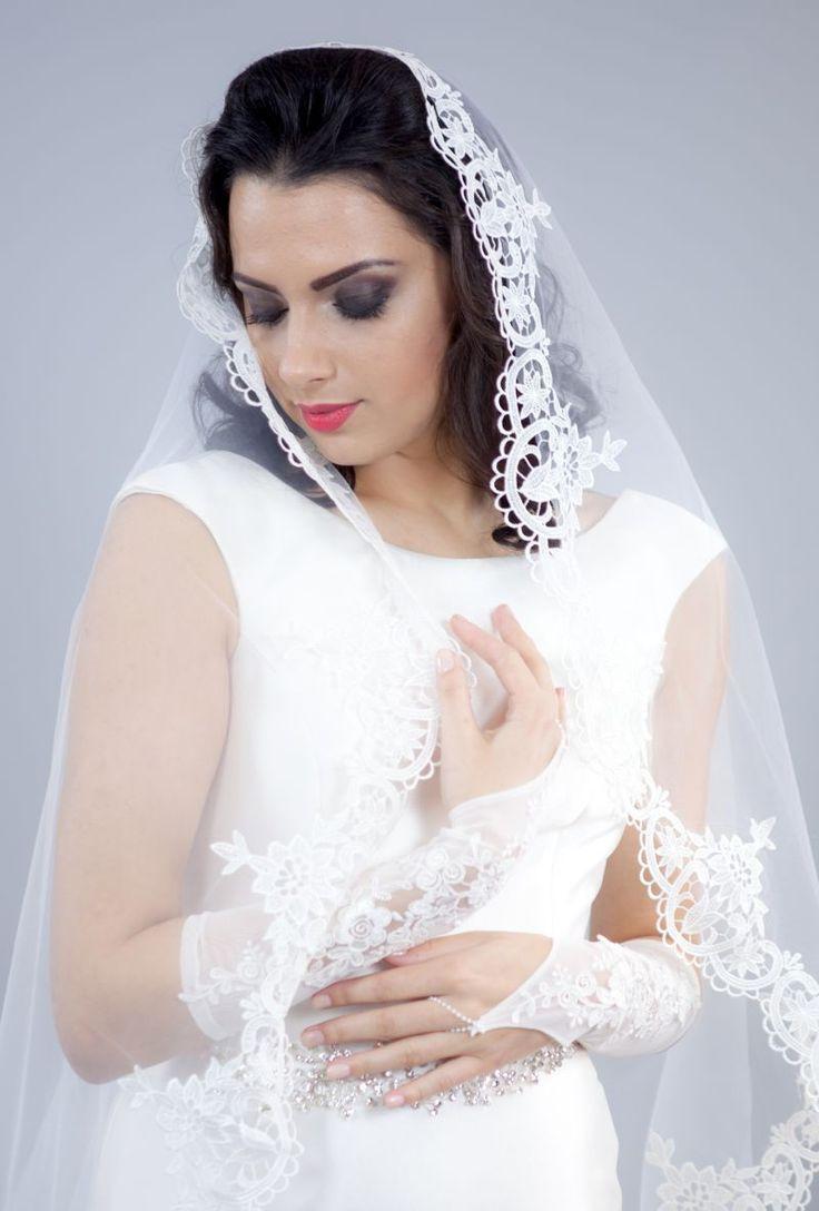 Mitenele sunt acele manusi elegante cu un singur deget pe care miresele le pot purta in ziua nuntii ca sa isi completeze cu stil rochia de mireasa.   Aceste accesorii delicate, lucrate din tulle ivory si decorate cu broderie florala iti innobileaza mainile.   Mitenele se prind...