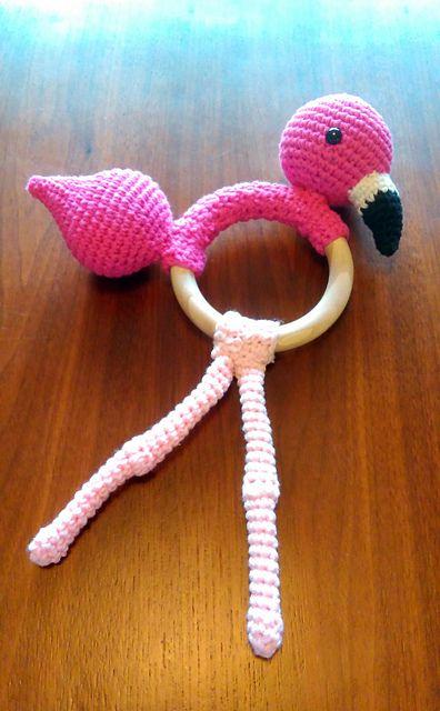 Ravelry: kabeltrui's Flamingo Rattle Flamingo rammelaar met rammel in 't hoofd, en piep in de staart. Kraamcadeautje, zonder patroon gemaakt.