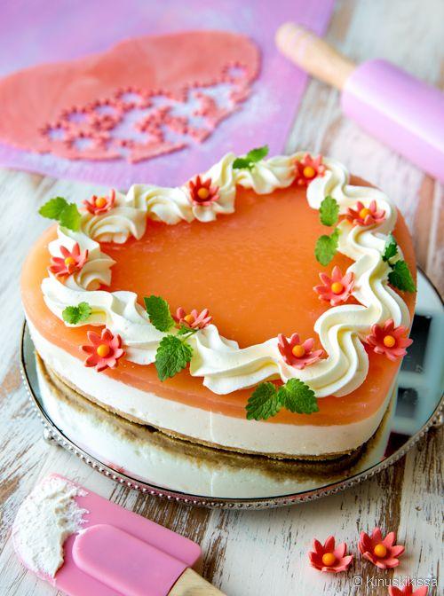 Tutustuin uuteen raaka-aineeseen leivonnassa: verigreippiin. Se on harvemmin leivonnaisissa käytetty hedelmä, mutta sopii hienosti keväiseen kevyen raikkaaseen kakkuun. Verigreipistä kakku saa myös viehkon oranssin kiilteen. Muistathan, että saat muunnettua tämänkin juustokakun helposti gluteenittomaksi vaihtamalla sopiviin kekseihin. Pohja: 150 g digestivekeksejä 50 g voita tai margariinia Täyte: 4 ½ liivatelehteä 1 verigreipin kuori 1 dl verigreippimehua […]