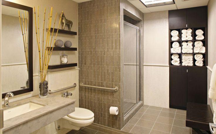 Бамбуковая ванная.   Бамбук и бамбуковый принт прекрасно подходят для оформления ванной комнаты в восточном стиле.  Натуральные материалы, природные коричневые и зеленые цвета способствуют расслаблению и созданию атмосферы спа-курорта. #сантехника #дизайн #ванна #дизайнванной #ваннаякомната