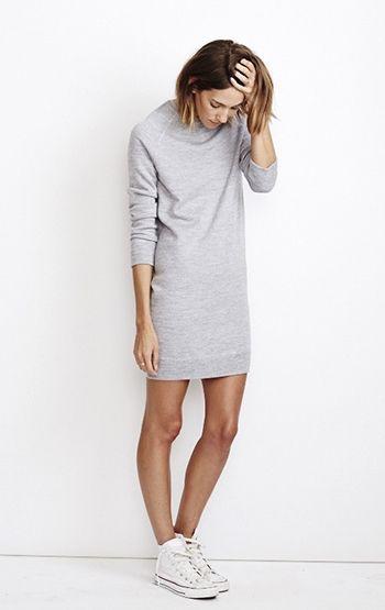 Met een grijze trui-jurk