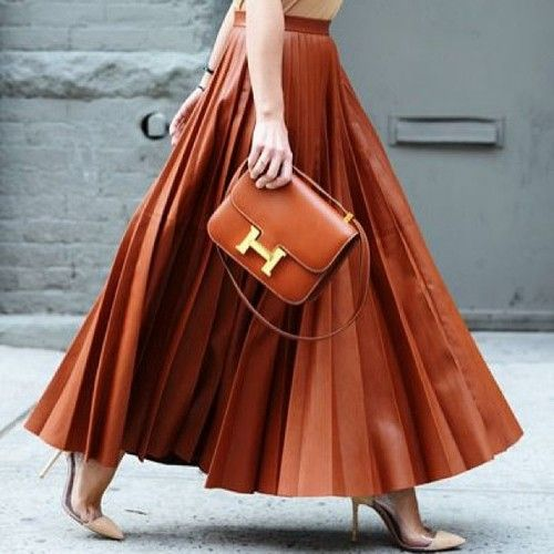 Long pleated, leather skirt and a Hermes bag... Fall street style perfection.