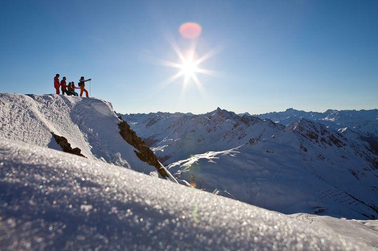 Fußgängersafari - unternimm frühmorgens eine gemütliche Fußgängersafari auf über 2430 Metern Höhe. Halte den Augenblick mit traumhaften Fotos der beeindruckenden Bergkulisse bei Sonnenaufgang fest. #silvrettamontafon #area #snow #winterwonderland