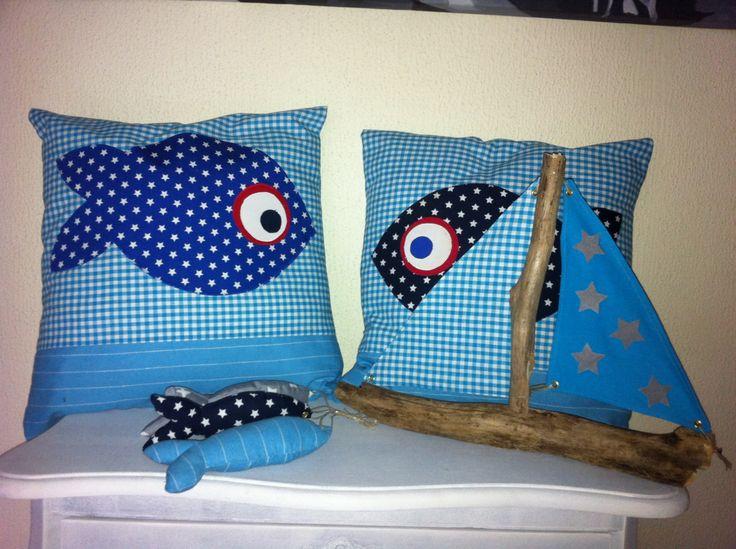 Super leuk setje voor de baby- of kinderkamer , bestaande uit kussen met vissen , een zeilboot van sprokkelhout en een vissen kasthanger. www.lappenpoppen.com