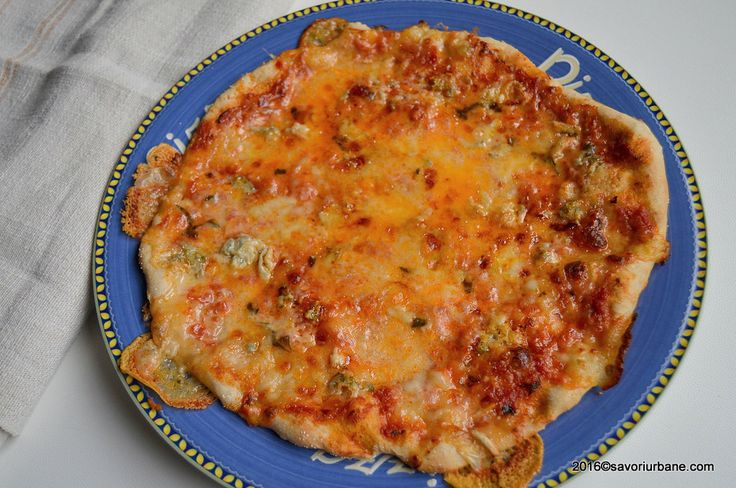 "Pizza quattro formaggi – 4 branze. Este pizza mea preferata! Blat subtire si gustos, asternut cu gorgonzola, mozzarella, parmezan, pecorino sau cu alte branzeturi la alegere. Pizza quattro formaggi nu are reteta fixa. In unele regiuni (Napoli) nu apare nici macar sosul de rosii. Mozzarella apare in toate, restul branzeturilor fiind ""la discretie"" – cititi"