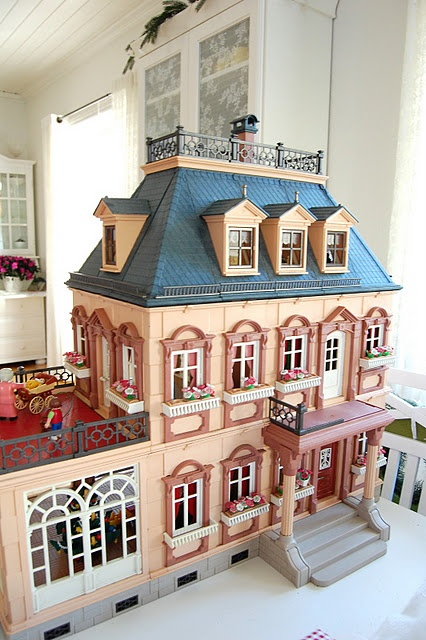 I wouldve died and gone to heaven if I had a dollhouse like that when I was younger... But then again, I would probably do that now!