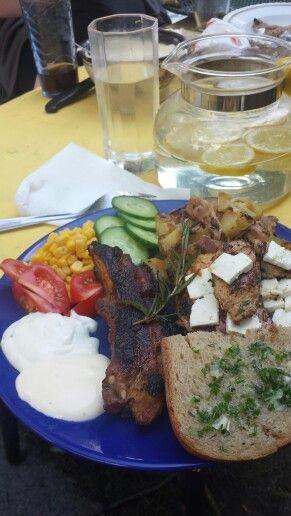 Grilování: nakládaná kuřecí prsa v bylinkách s balkánským sýrem, žebírko, brambora opečená s cibulkou a slaninkou, rozpečený chléb s domácím bylinkovým máslem a domácí medovohořčičný dip