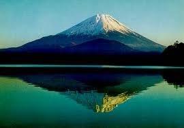 """Dentre as mais de trinta mil obras que Katsushika Hokusai deixou, a mais conhecida é a xilogravura """"A grande onda de Kanagawa"""", publicada em 1830 ou 1831. Ali o artista flagra o enorme contraste entre a força inexorável da natureza e a extrema fragilidade do engenho humano. Uma onda gigantesca ameaça engolir três barcos movidos a remo. Ao longe o Monte Fuji, impassível e soberano, testemunha o embate."""