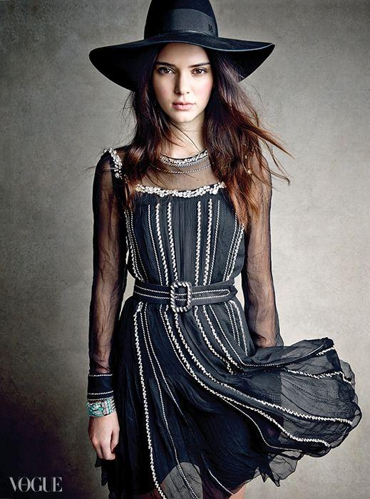 ETHEREAL ESSENCE섹시함을 은근히 드러내고 싶을 땐속이 비치는 레이스만 한 게 없다.시폰 소재의 벨트 드레스는 프라다(Prada),페도라는 메종 미쉘(Maison Michel),다이아몬드와 보석이 박힌 팔찌는티파니(Tiffany&Co.).
