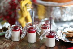 En julig pannacotta med smak av kanel och toppar med rårörda lingon - Som jul på burk! En enkel dessert att förbereda innan middagen.