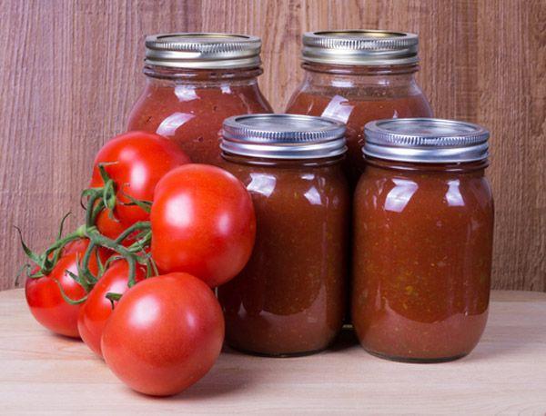Μυρωδιά φρέσκιας ντομάτας που σιγοβράζει πλημμυρίζει το σπίτι ενώ τα βαζάκια περιμένουν να γεμίσουν με τις σάλτσες της χρονιάς. Εύκολα, σπιτικά και με τη σφραγίδα σας!