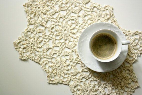 Guarda questo articolo nel mio negozio Etsy https://www.etsy.com/listing/236929153/elegant-crochet-table-doily #italiasmartteam