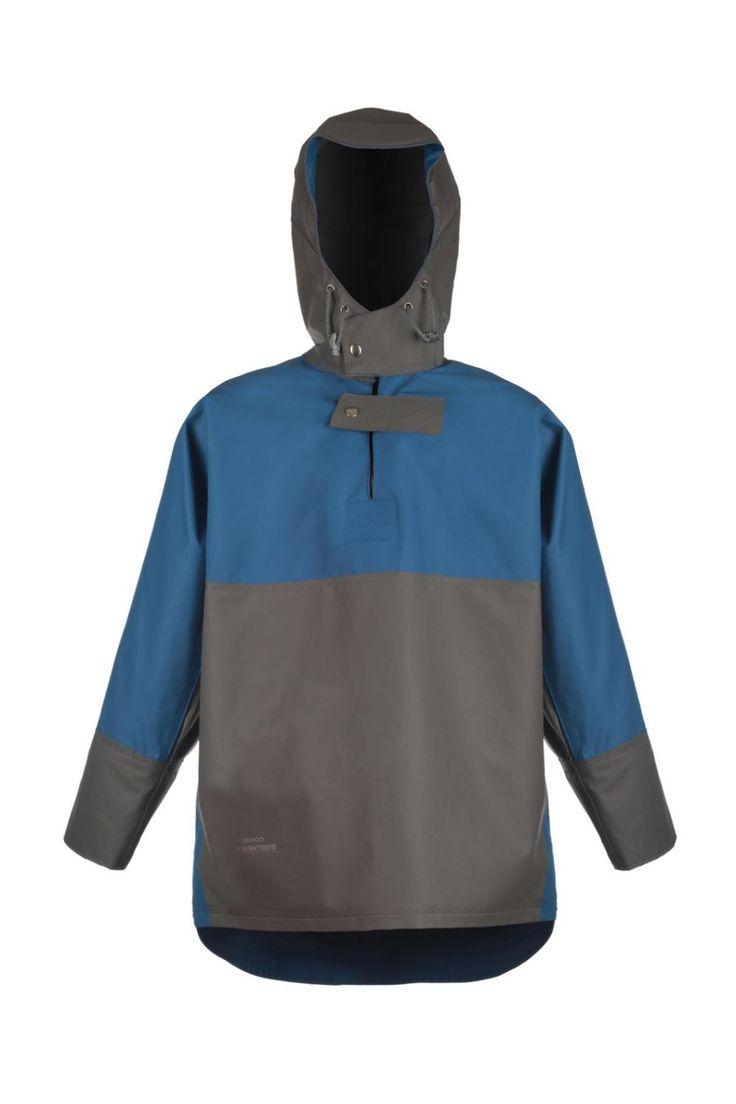KURTKA KANGURKA WODOOCHRONNA model 2033  Zakładana przez głowę kurtka typu kangurka produkowana z bardzo wytrzymałej tkaniny Seal Skin. Tkanina ta charakteryzuje się wysoką odpornością na słoną wodę. Produkt dedykowany jest  szczególnie pracownikom wykonującym ciężkie prace rybackie w ekstremalnie trudnych warunkach na morzu, zapewniając ochronę przed silnym wiatrem i deszczem.