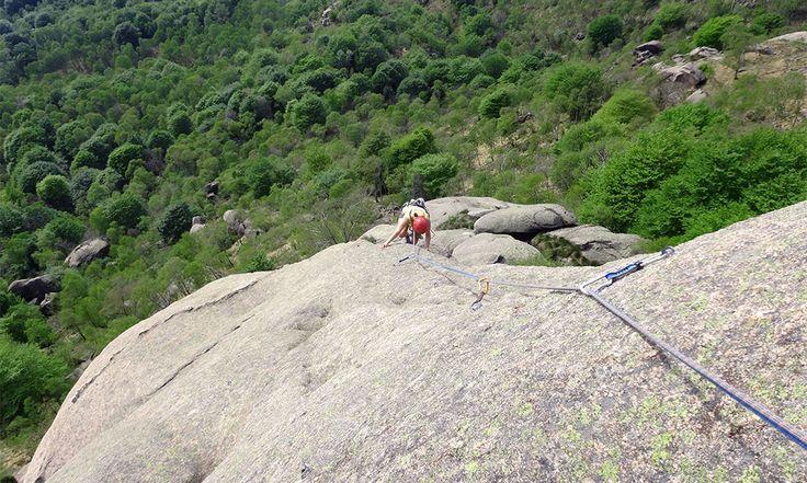 La via Re Leone (110 m V-) è una divertente arrampicata su ottimo granito prevalentemente di placca nella splendida cornice del Mottarone.