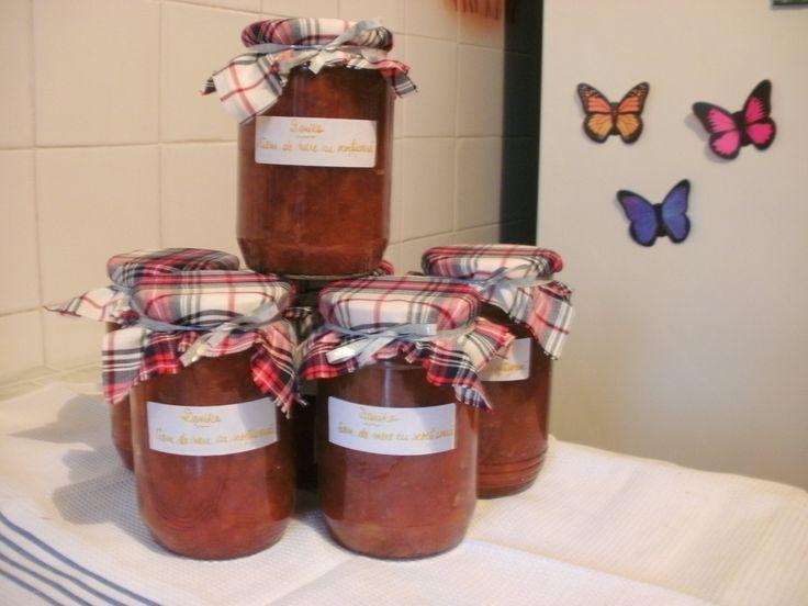 6 borcane mari cu gem de mere cu scortisoara, pentru niste copii cu nevoi speciale.