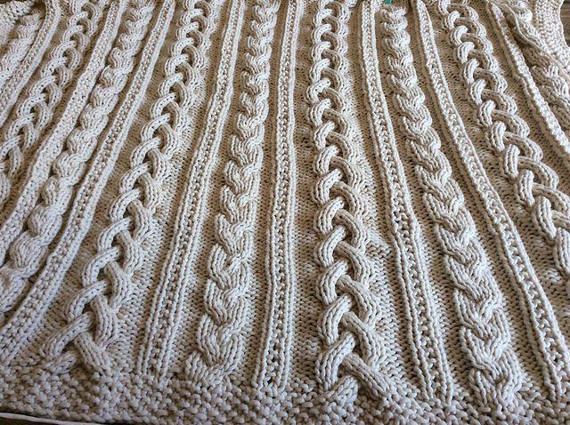 Вязаный спицами плед от Bernat -  Модное вязание