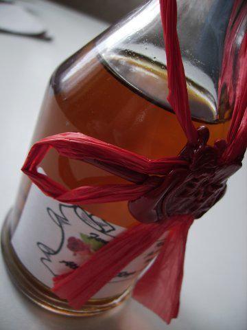 Das perfekte Rosenlikör-Rezept mit Bild und einfacher Schritt-für-Schritt-Anleitung: Die blühenden Rosen pflücken, je duftender, desto besser. Die…