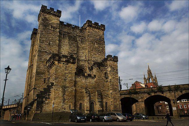 Wielka Brytania - Zamek w Newcastle upon Tyne. Najpierw Rzymianie zbudowali w tym miejscu twierdzę. Później był tu cmentarz. Zamek powstał w tym samym miejscu. Nic dziwnego, że badacze zjawisk paranormalnych identyfikują tu wiele sił i wiążą je z antyczną przeszłością. Ponoć zamek należy do bardzo nawiedzonych.