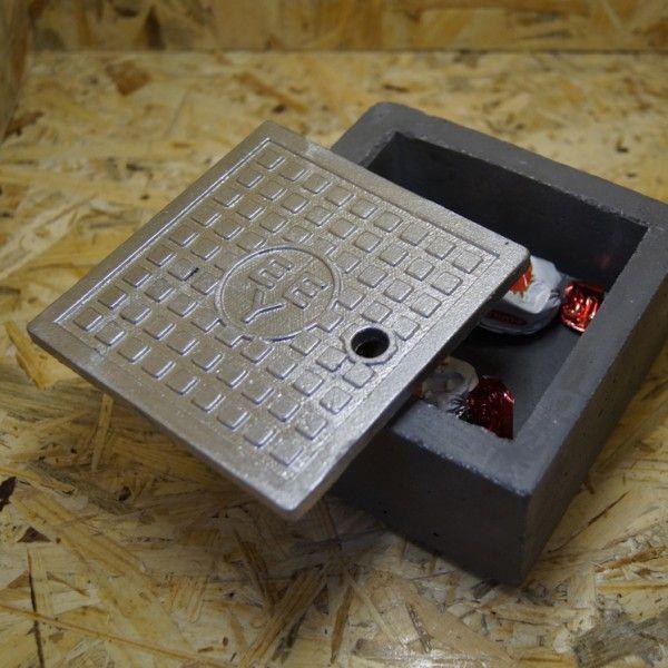 Διακοσμητικά είδη σπιτιού όπως ένα αντικείμενο που είναι μεταφορά του ελληνικού φρεάτιου σε κουτί η τασάκι Διαστάσεις: Μικρό: 11x11x4cm Μεγάλο: 20x20x5cm