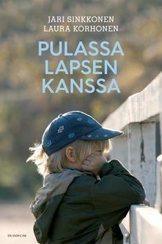 Kuvaus: Pulassa lapsen kanssa -kirjaan on koottu kysymyksiä ja kysymyksiin laadittuja vastauksia ja taustatietoa lasten ja nuorten henkiseen hyvinvointiin liittyvistä arjen tilanteista ja asioista, jotka aiheuttavat lasten vanhemmissa huolta.