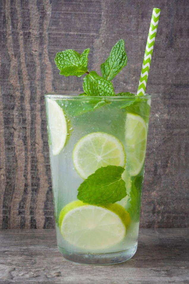 Mojito är en enkel, uppfriskande och god drink som går hem på festen. Mynta, rom, lime och soda. Perfekt recept på en drink alla älskar.