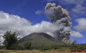 Gunung Lokon di Sulawesi Utara Meletus