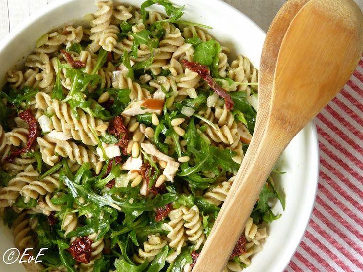 salade van fusilli, gevuld met gerookte kip, rucola, pijnboompitten, pesto en gedr. tomaten.