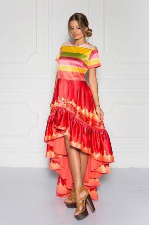 Extravagantné farebné šaty s krátkym rukávom, okrúhlym výstrihom prednej časti, zadná časť zapínanie na zips. Šaty ozdobujú volány po spodnej časti, kde predok je kratší ako zadná časť a tým dodávajú šatám ešte väčší šmrnc v ktorých určite budete nepriehľadnuteľná.
