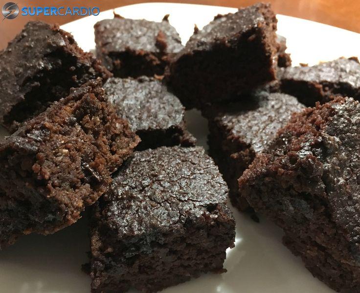 Voici une recette de brownies au chocolat sans farine faits avec des pois chiches! Ils contiennent 2 fois moins de sucre que des brownies classiques.