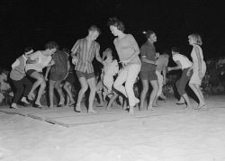 WAN-0005226 © WestPix DANCING THE JIVE IN THE SNAKEPIT ON SCARBOROUGH BEACH ON A…