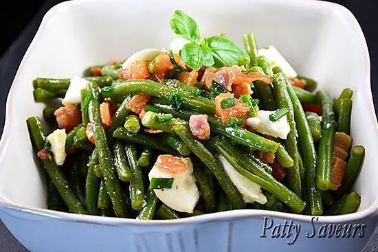 La meilleure recette de Salade de Haricots Verts et Lardons! L'essayer, c'est l'adopter! 0.0/5 (0 votes), 0 Commentaires. Ingrédients: 600 g. de haricots verts, écossés et cuits plutôt fermes 225 g. mozzarella, coupée en tranches fines 1 œuf dur, coupé en tranches 1 tomate coupée en tranches 150 g. de lardons grillés Sauce salade : 1c.s. moutarde 1 c.c. sauce soja 1 1/2 c.s. vinaigre de vin rouge 6 c.s. huile d'olive 1 c.s. ciboulette Sel et poivre au goût