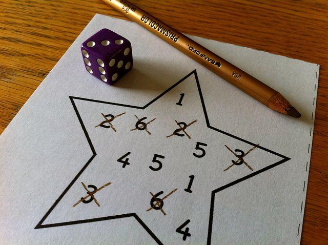 Lancer le dé et barrer le nombre correspondant ; le premier qui a terminé. Math à Noël