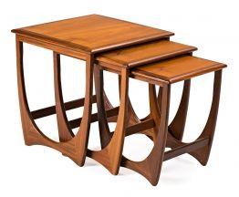 Juego de tres mesas nido inglesas en teca, hacia 1960