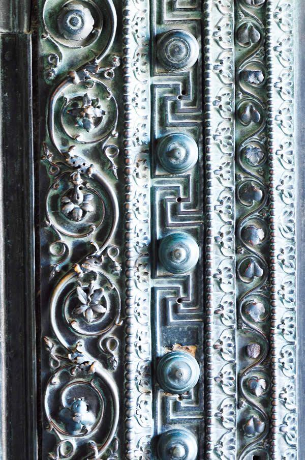Ayasofya'nın içinde sadece  Doğu Roma dönemi değil, Batı Roma döneminden, hatta Pagan dönemden kalma Anadolu uygarlıklarının ve Ortadoğu medeniyetlerinin değişik bölgelerinden getirilen eserler bulunmakta. Tarsus'tan İ.Ö. II. yüzyıla ait Güzel Kapı ve Helenistik döneme ait mermer küpler sadece birkaçı.