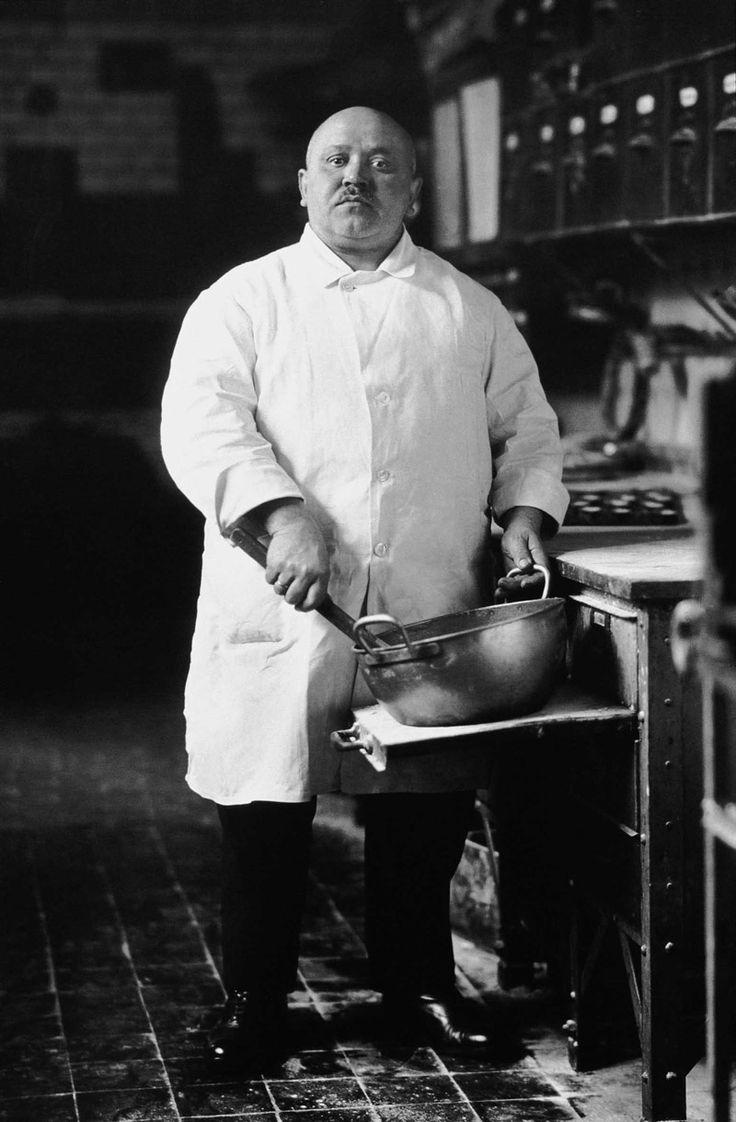 August Sander - Pastry Cook, 1928. // Fotografou muitos aspectos da sociedade alemã, desde a alta burguesia até figuras do proletariado, fazendeiros, estudantes e diversos profissionais nos seus locais de trabalho.